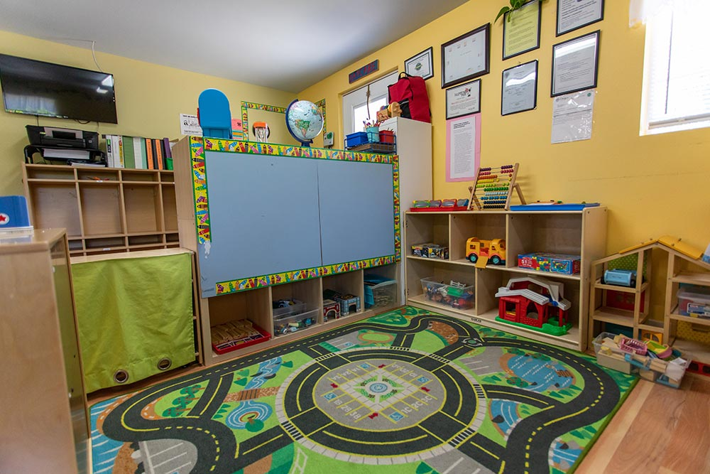Mary's Guarderia y Preescolar race track carpet and play area