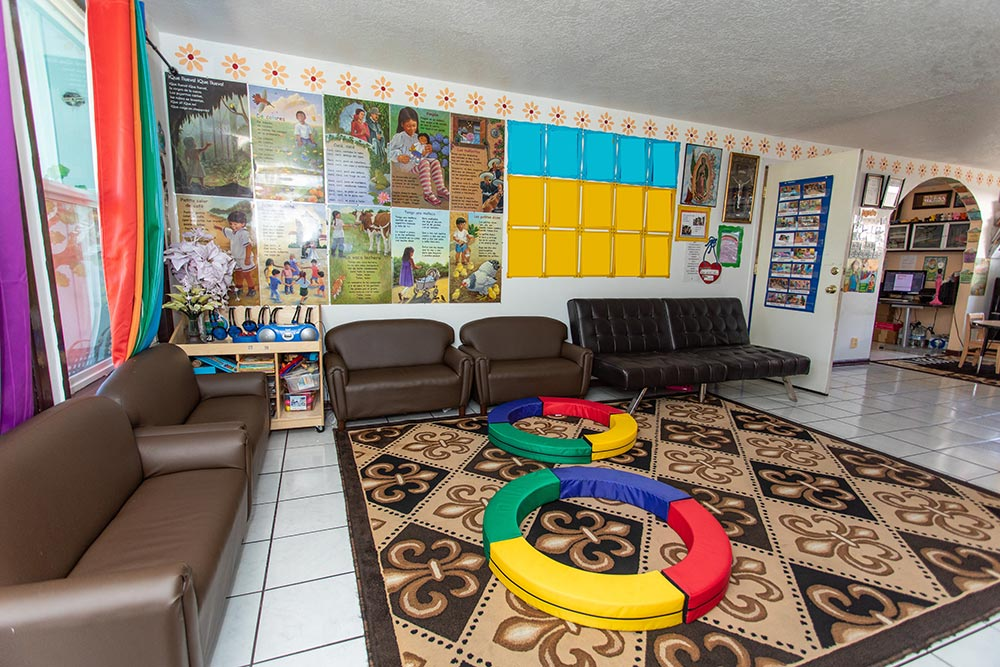 Preescolar Day Care Jalisco room with couches and wall signs