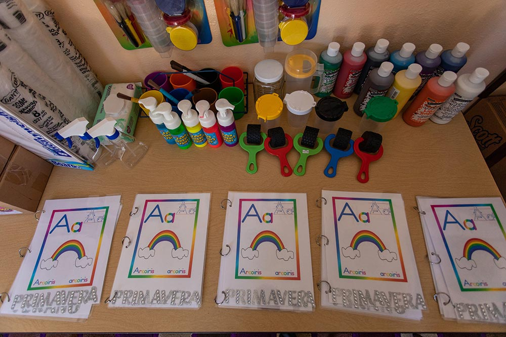 Preescolar Day Care Jalisco Painting papers with a rainbow